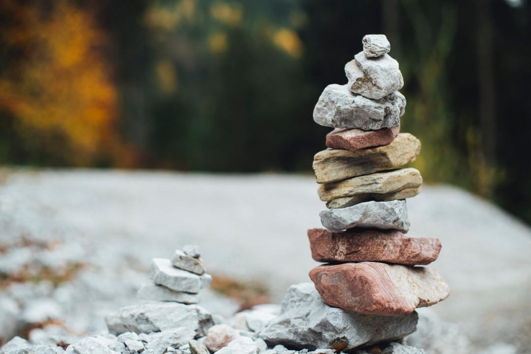 kövek, amelyek egymásra épülnek